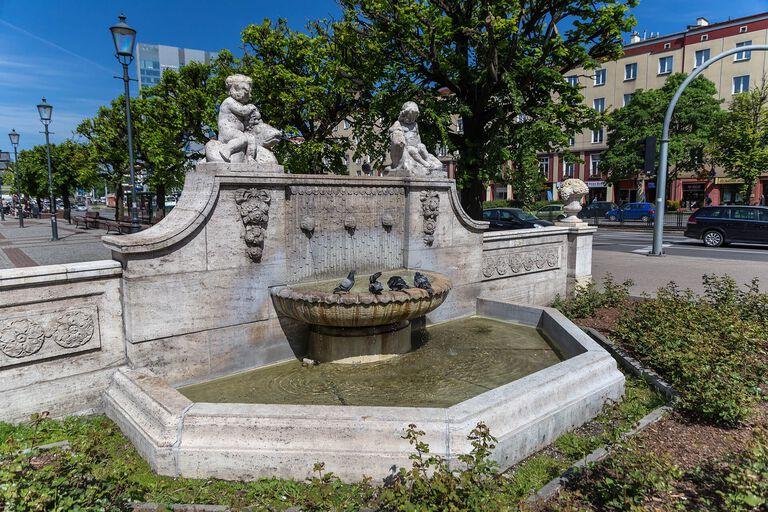 W maseczce, ale ze strumieniem. Symboliczny start sezonu miejskich fontann